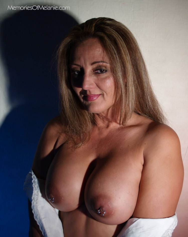 Mature mom has niples and boobs that could stop a war.
